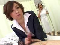 ナースに勃起チンポ手コキを見せ付ける痴女すぎる彼女