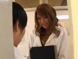 着替えを覗いていた男子生徒に迫るスタイル抜群の美人教師