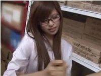 会社の倉庫で同僚のチンポを寸止め手コキするしたたかな美人OL