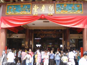 クワン・イン寺院と参拝者