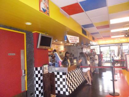 ハワイ2013.7ティデーバーガー店舗カウンター