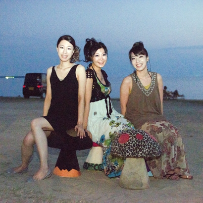 DSC_4850(Three girls on mushroom chairs)