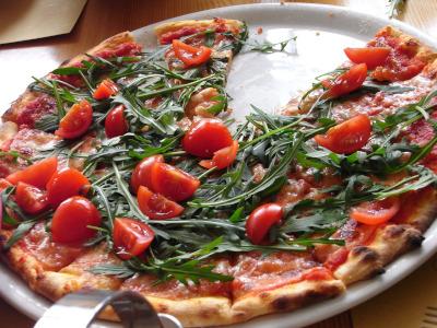 フレッシュトマトとルッコラのピザ