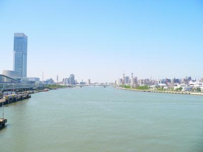 写真キャプション=信濃川の河口を走る船上から見た万代橋と新潟市街