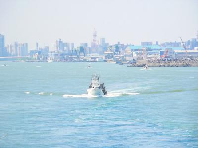 写真キャプション=信濃川河口から日本海へ乗り出していく船舶