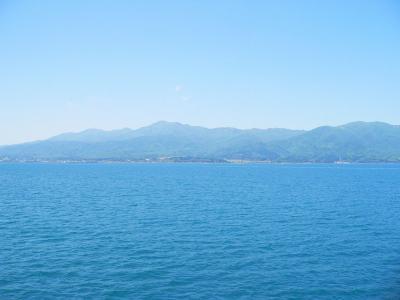 写真キャプション=船上で2時間を過ごして、やっと見えてきた佐渡の島姿
