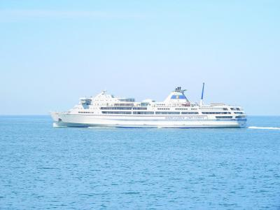 写真キャプション=日本海上ですれ違った佐渡へ向かうカーフェリー