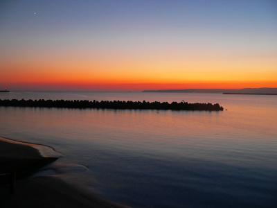 写真キャプション=佐渡の真野湾の夕暮れ風景