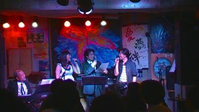 写真キャプション=コンサートにも出演し、ミュージシャンと談笑する宇道健竜氏