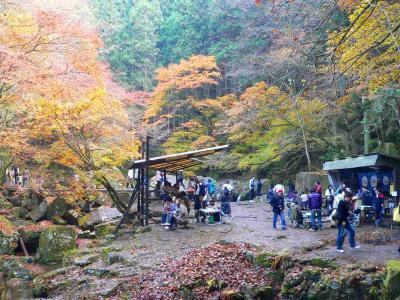 写真キャプション=47番目の「 琵琶滝」近くにあった休憩所。ウォーキングをしてきた人たちにも疲れの表情が見られる