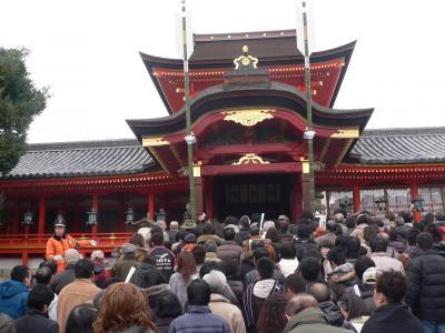 修復が終わってきれいになった本殿に参拝する多くの人々