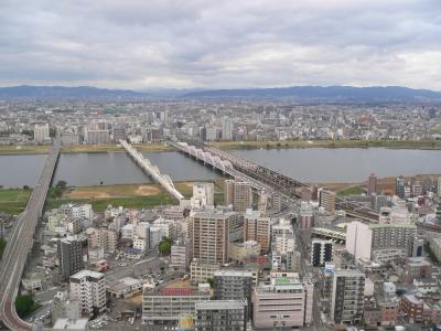 淀川を越えて延びる大阪の街並み。当たり前の姿の有難さを感じる