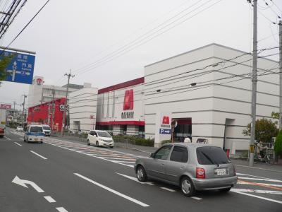 「マルハン茨木店」(大阪府茨木市)、737台(P=487台、S=250台)、98年12月オープ