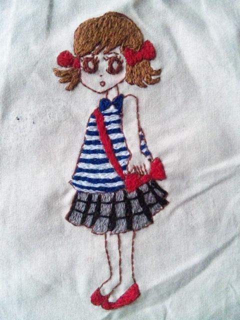 赤いリボン刺繍アップ
