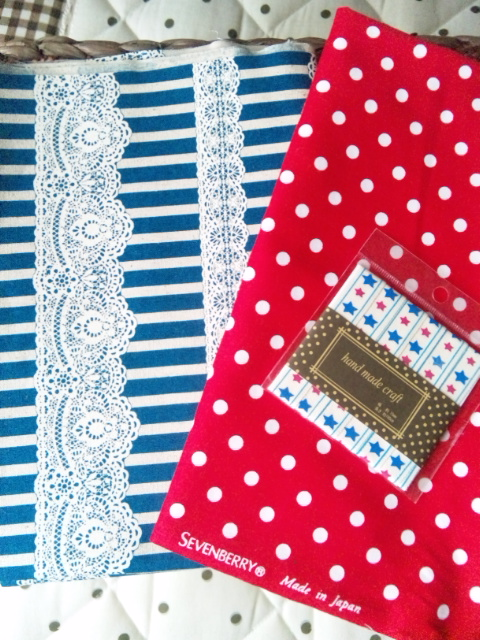 赤いリボン刺繍合わせ布2枚