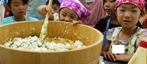 亥の子谷クッキング 20110730すし飯を混ぜる2