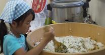 亥の子谷クッキング 20110730すし飯を混ぜる3
