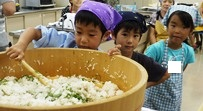 亥の子谷クッキング 20110730すし飯を混ぜる1