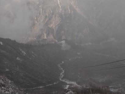 大観望から黒部ダムを見下ろす