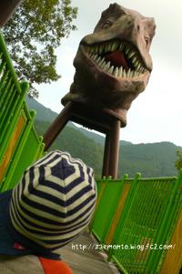 子供の公園 恐竜の顔と