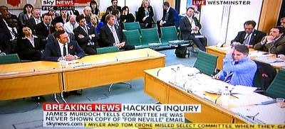 委員会半円卓の向かい傍聴席