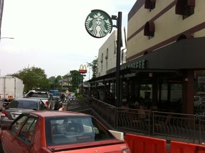 マクドナルドやスターバックス。活気あふれるマレーシアの近郊都市です