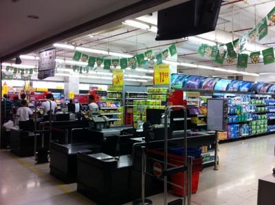 スバン駅前のカルフールスーパーマーケット