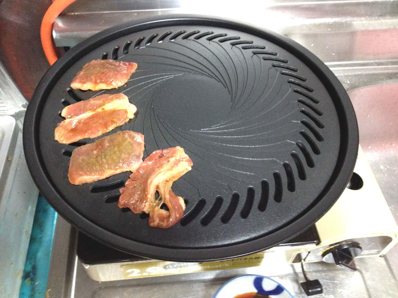 焼き肉を焼いているところ