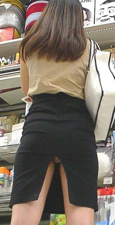 スリットが後ろに入ったタイトスカート
