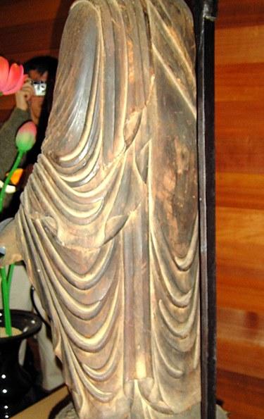 阿弥陀寺・薬師如来像背面~木塊のような造形