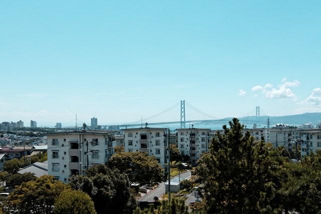 公団明石舞子団地と明石海峡大橋