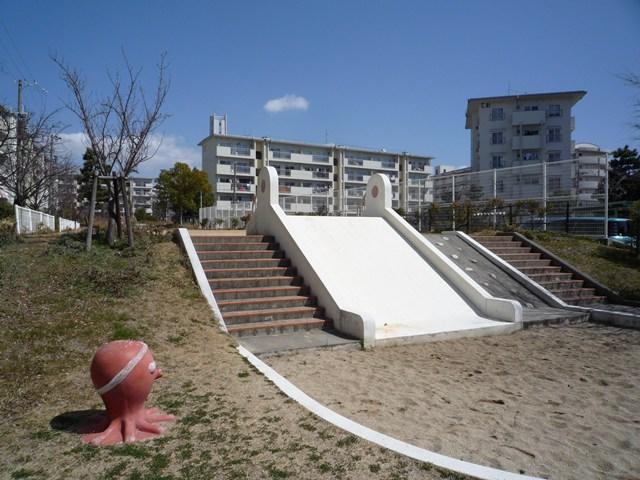 公団明石舞子団地C地区のタコ遊具と滑り台