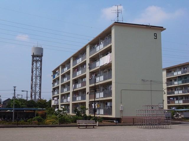 東京都営保木間第5アパートの給水塔と住棟