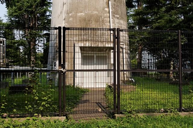 都公社小金井本町住宅給水塔の出入り口