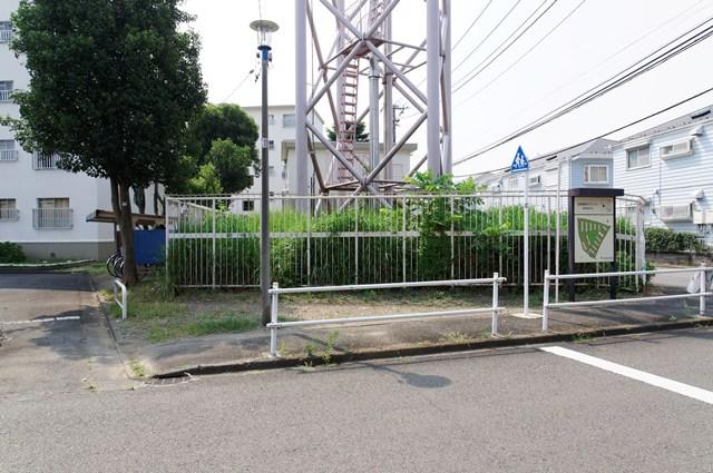 都営日野新井アパート給水塔の足元