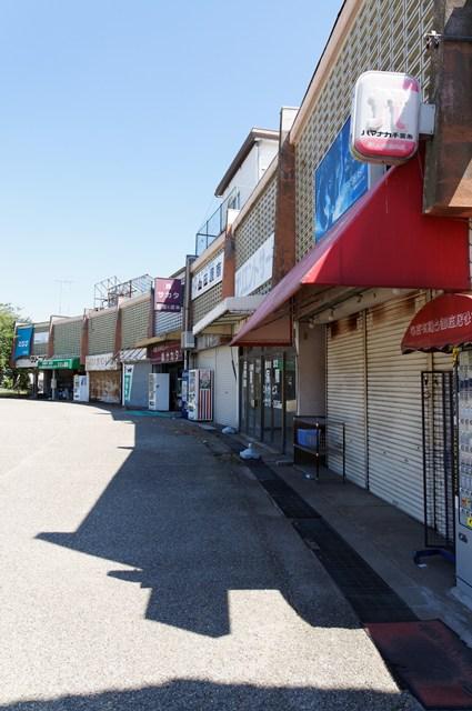 横から見た公団多聞台団地商店棟