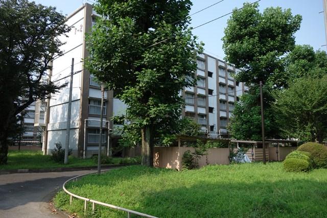 都公社小金井本町住宅の住棟と植栽