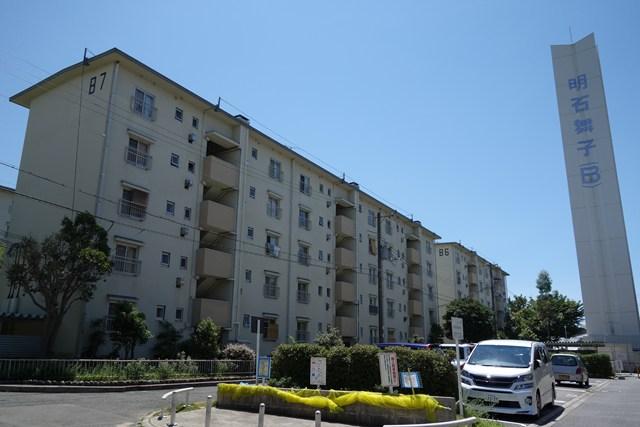 公団明石舞子団地B地区の給水塔と住棟
