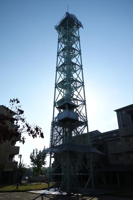 逆光の奈良市営二名住宅給水塔