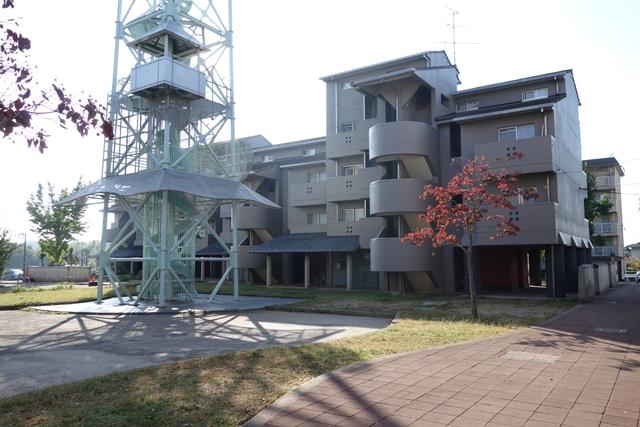 給水塔前の奈良市営二名住宅住棟