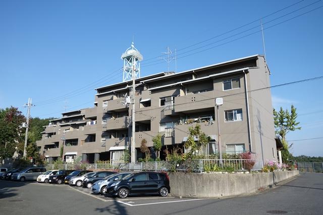 雁行した奈良市営二名住宅住棟南側