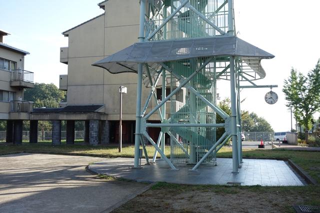 奈良市営二名住宅給水塔の基部と時計