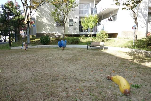平城右京団地のバナナ遊具と他の遊具