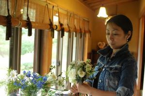 花束の制作は体験レッスンの時と合わせて、二回目のレッスンです