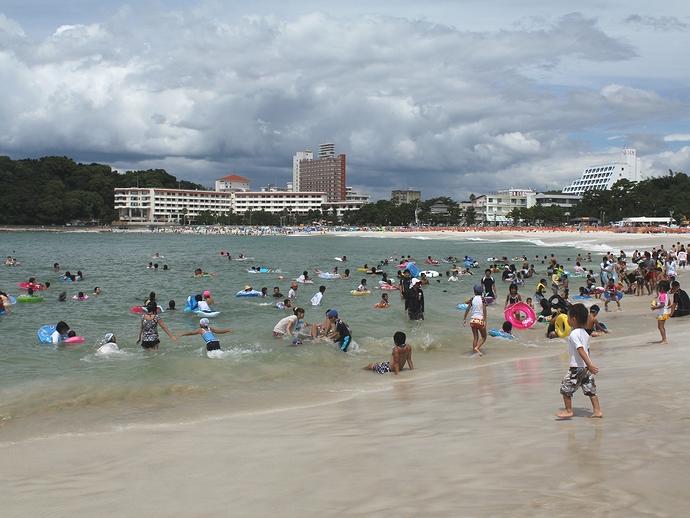 海水浴客でにぎわう白良浜
