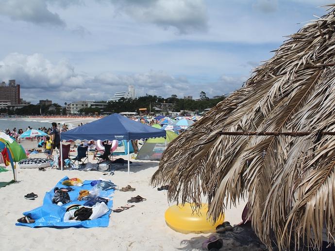 賑わう南紀白浜の海 純白の白良浜