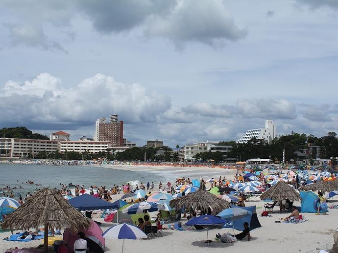 8月もう終わりだというのに大混雑 南紀白浜の白良浜