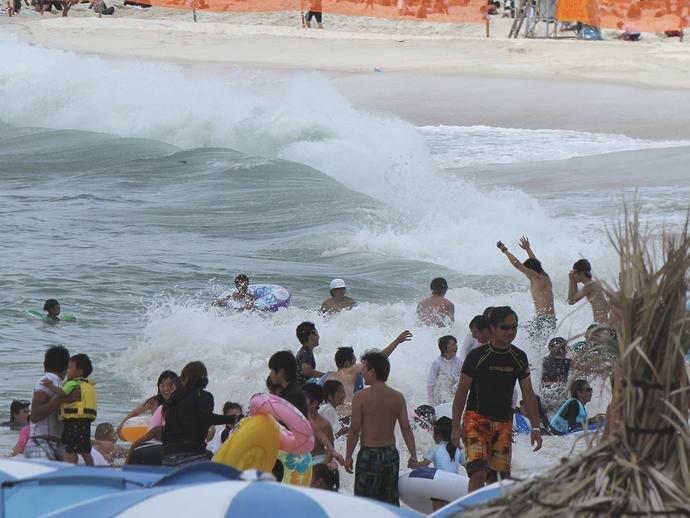 高波と戯れる人々 南紀白浜にて