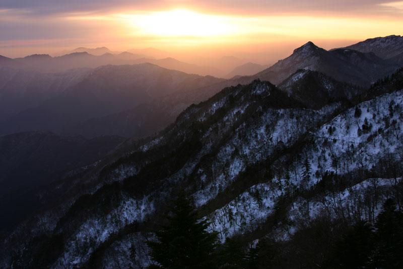夜明かし峠の朝 (愛媛県 西条市 石鎚山 夜明かし峠)