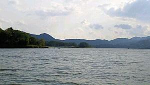大沼と山々